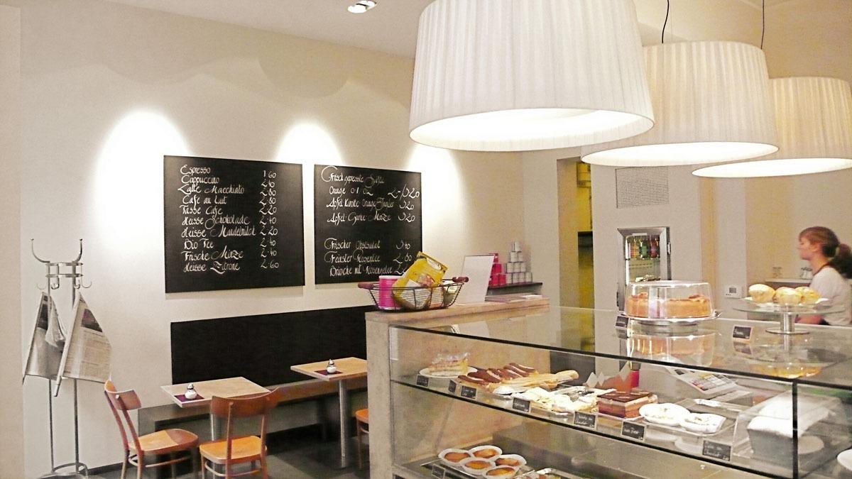 Cafe Dukatz München Theke und Gastraum mit weißen Bombillas Pendelleuchen