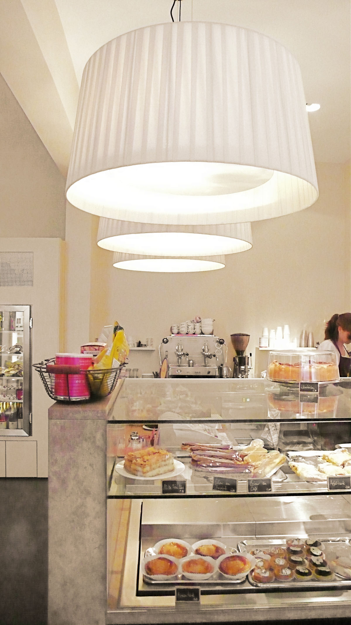Cafe Dukatz München Theke mit weißen Bombillas Pendelleuchen