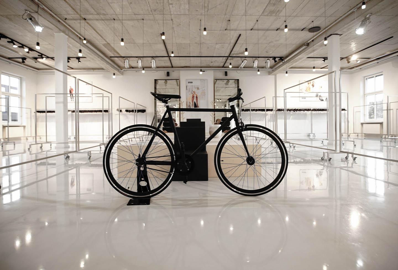 Drykorn-Showroom Beleuchtung Bombillas mit Fahrrad im Vordergrund
