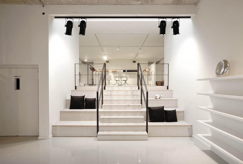 Drykorn Showroom Beleuchtung Bombillas Ansicht auf Treppe