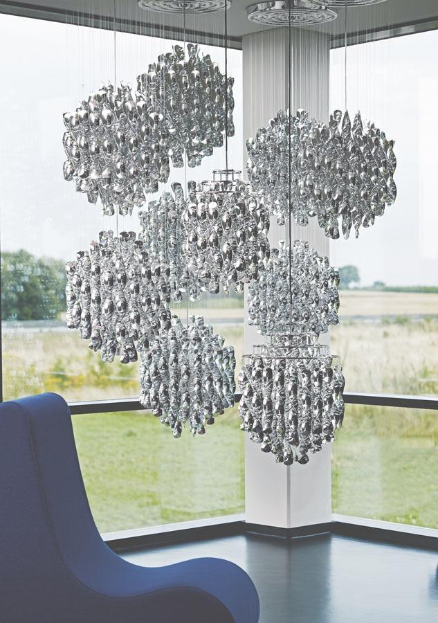 Bombillas Spiral Pendelleuchte silber in Anordnung mehrerer Leuchten vor Fenster