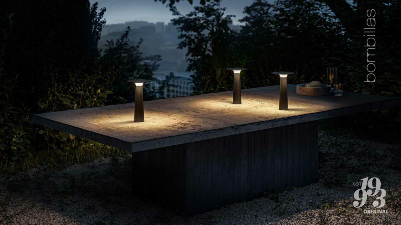 Akku-Leuchte kabellos für draußen - Sommerangebot Bombillas Rosenheim auf dem Tisch